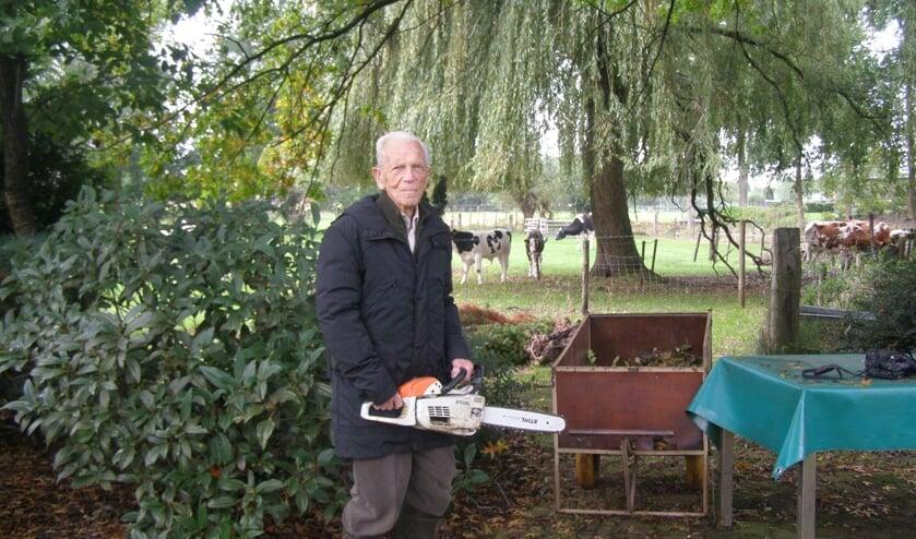 <p>Eeuweling Henk Boudrez is vaak in zijn tuin te vinden met zijn kettingzaag. <br><br></p>