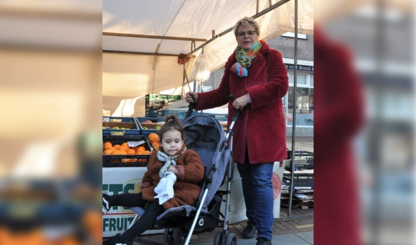 <p>Marjan van Overveld met kleindochter Lou-Lou: &#39;We blijven voorlopig gewoon komen, hoor&#39;</p>