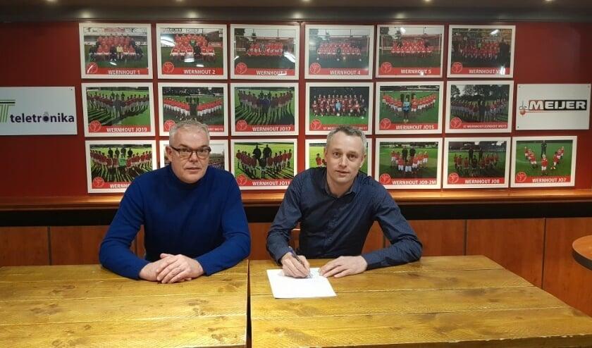 <p>Trainer Rudo Gommers (rechts) samen met vicevoorzitter Kees Braspenning van VV Wernhout bij zijn aanstelling bij de club. De verbintenis wordt met een jaar verlengd. </p>