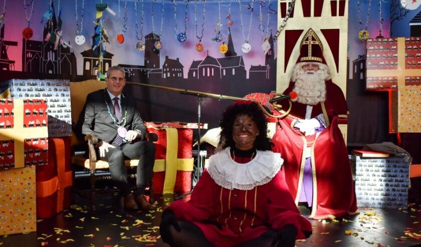 <p>Burgemeester Ruud van den Belt poseert met Sinterklaas en &eacute;&eacute;n van zijn Pieten.</p>