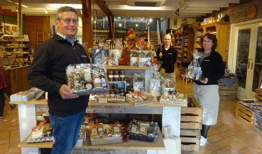 Harry en Heleen Provoost samen met hun dochter Irene, die ook in de winkel werkt.