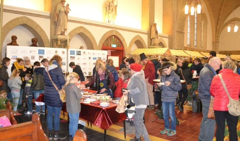 <p>Beeld van een van de voorgaande edities van de Kerstmarkt in de Gummaruskerk in Steenbergen.</p>