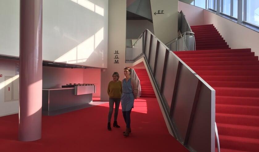 <p>Addie van der Zande en Elisa Pals in het Chass&eacute; Theater, dat de helden graag een podium geeft.</p>