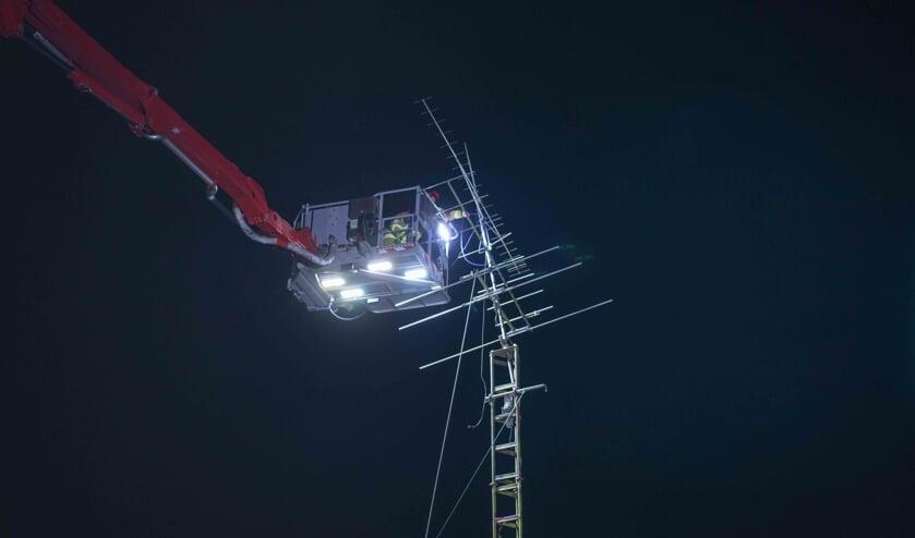 Met een hoogwerker kon de brandweer de antennes veilig stellen.