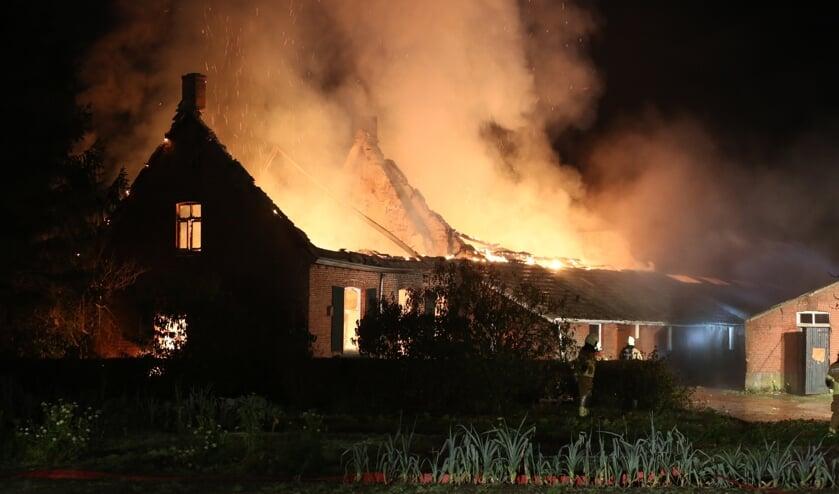 Grote brand verwoest woonboerderij in Huijbergen