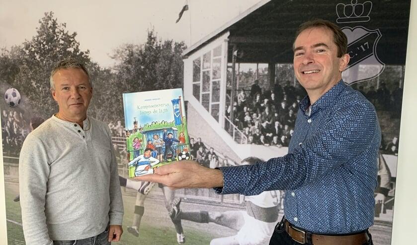 <p>Arnoud Frericks overhandigt het eerste exemplaar aan Gerry Leenders</p>