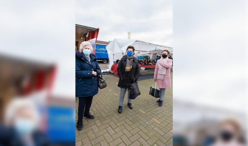 <p>In wisselende samenstelling bezoekt het vriendinnenclubje Sint Willebrord wekelijks de markt op het Emmausplein.</p>