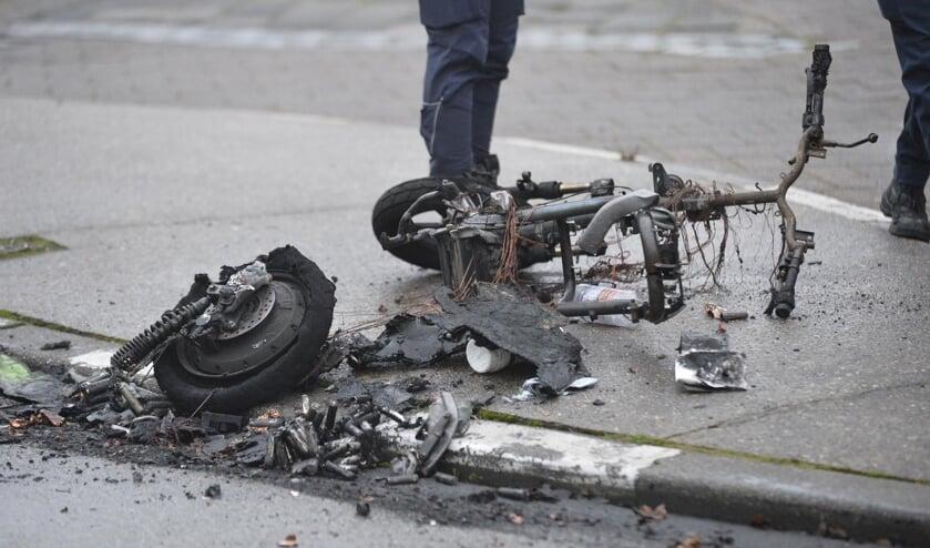 De GO-Scooter brandde volledig uit.