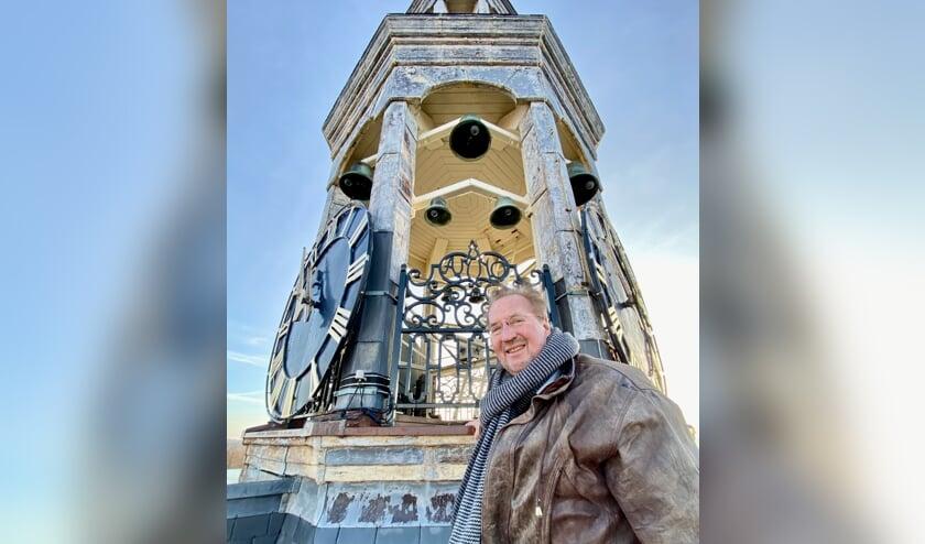 <p>Gerrit van der Schouw bij het carillon.&nbsp;</p>