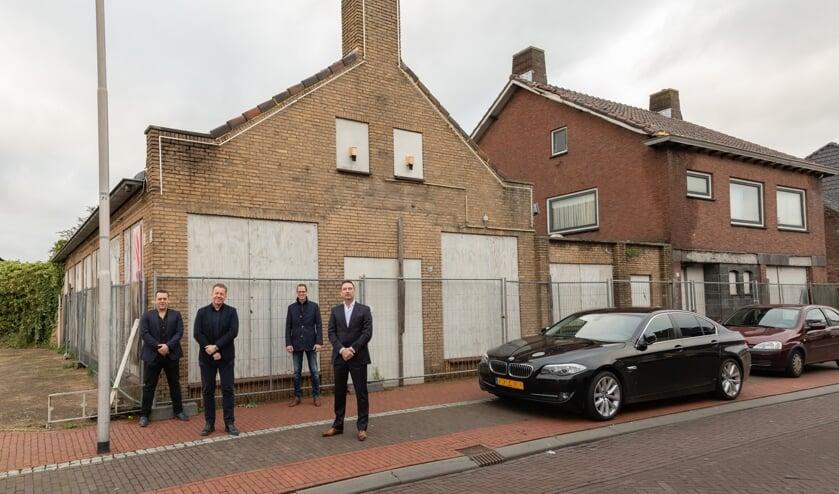 <p>V.l.n.r. Reggie Mathijssen, Wally Gijzen, Martien de Bruijn en Daan Luijkx voor de locatie van de voormalige cafetaria IJspaleis aan de Dorpsstraat in Sint Willebrord..</p>