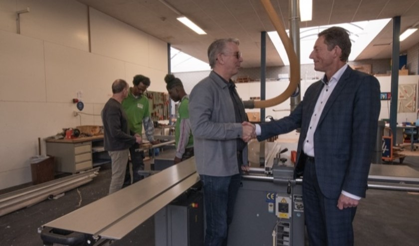 Adri Franke (tweede van links) is dolblij met de machines van Scalda. Hier schudt hij de hand van Dick Hoogstrate. FOTO ZEEUWS WERK