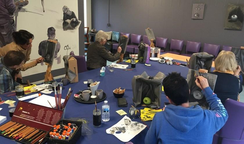 Suzana Jovanovic geeft schilderlessen in De Bunt.