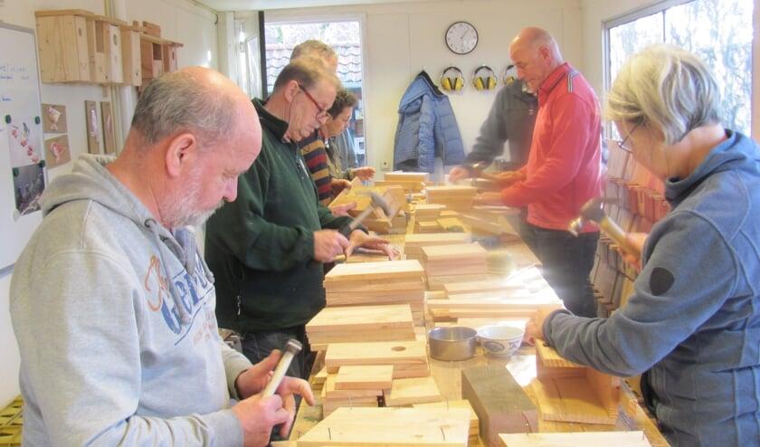Vrijwilligers van het VRC Zundert zijn druk in de weer om zoveel mogelijk nestkastjes te timmeren.