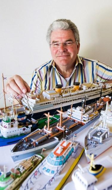 Wim van der Meer met enkele van zijn modellen. FOTO WIM VAN DER MEER