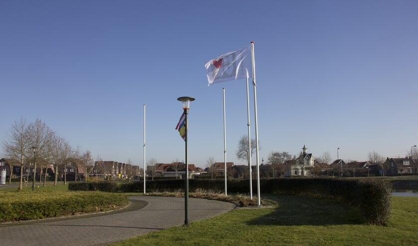 De vlag van de NVVE voor het gemeentehuis van Tholen markeert het begin van de Week van de Euthanasie.