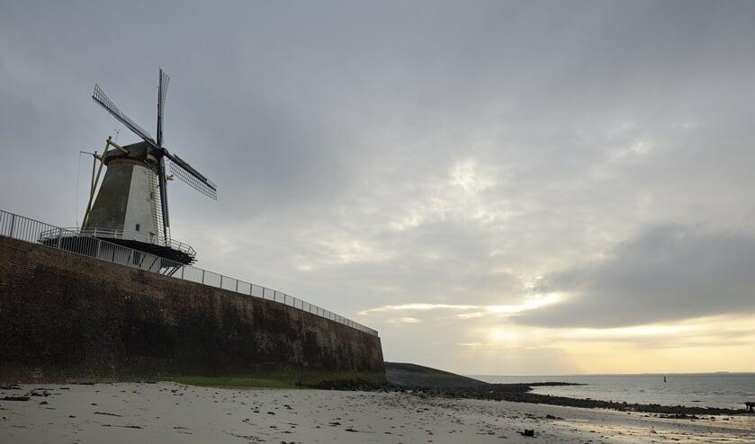 De Muur van Altena loopt langs de Oranjedijk, van de Vissershaven tot aan de Oranjemolen, en is 450 jaar oud.