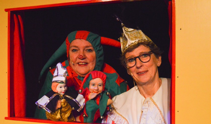 De poppenkastvoorstelling in carnavalsferen voor smakelijke verhalen door Prinses Lieske en Naranja.