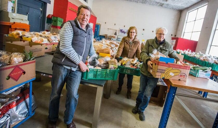 Vrijwilligers van Voedselbank Moerdijk maken de voedselpakketten klaar. S