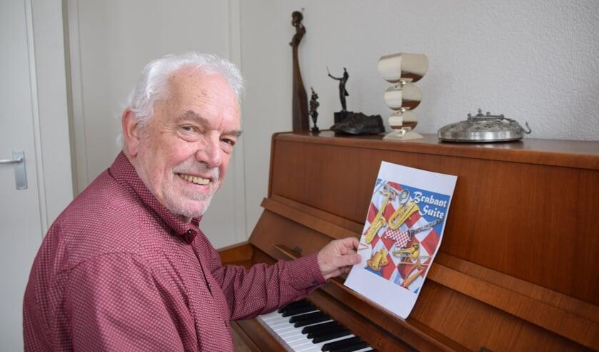 Theo Wouters met de CD hoes en op de piano zijn zilveren 'hoeders' bokaal. FOTO STELLA MARIJNISSEN
