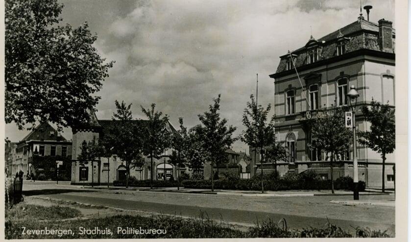 Een foto van het stadhuis ver voor de oorlog. FOTO ARGHIEF HEEMKUNDEKRING WILLEM VAN STRIJEN