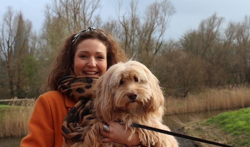Schrijfster Vivianne uit Steenbergen met haar hond Disty als schrijfmaatje en knuffel.