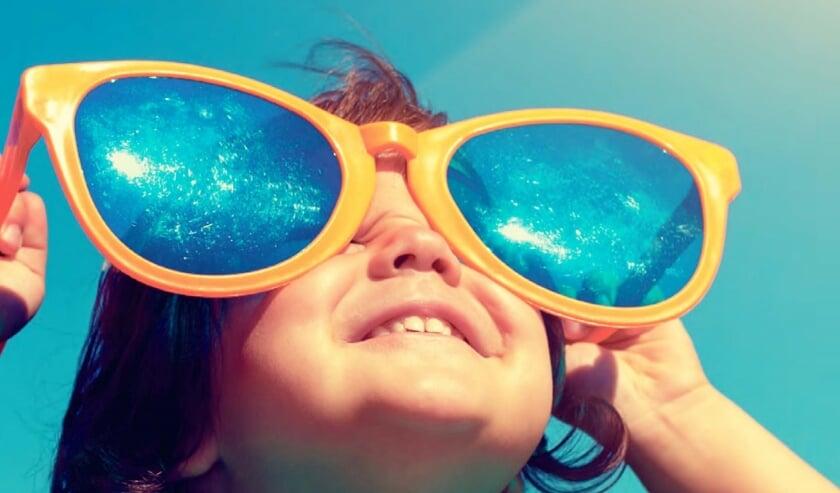 Naast een zonnebril beschermt een zonnescherm ook optimaal tegen de zon. FOTO SHUTTERSTOCK