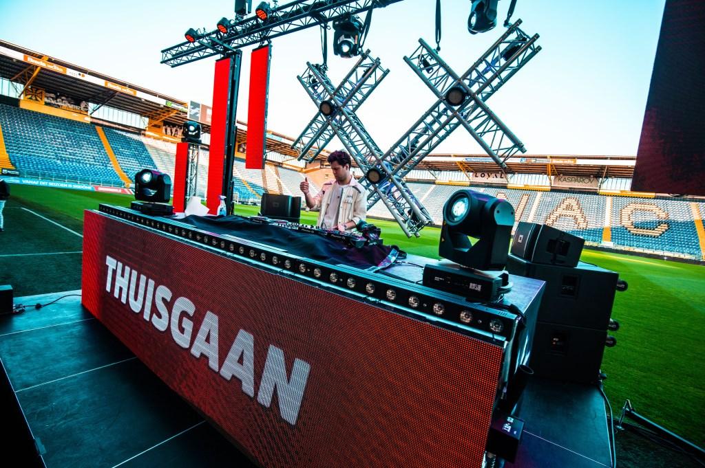 15 DJ's draaiden vanuit een leeg NAC stadion.  Foto: Ole Rethans © BredaVandaag