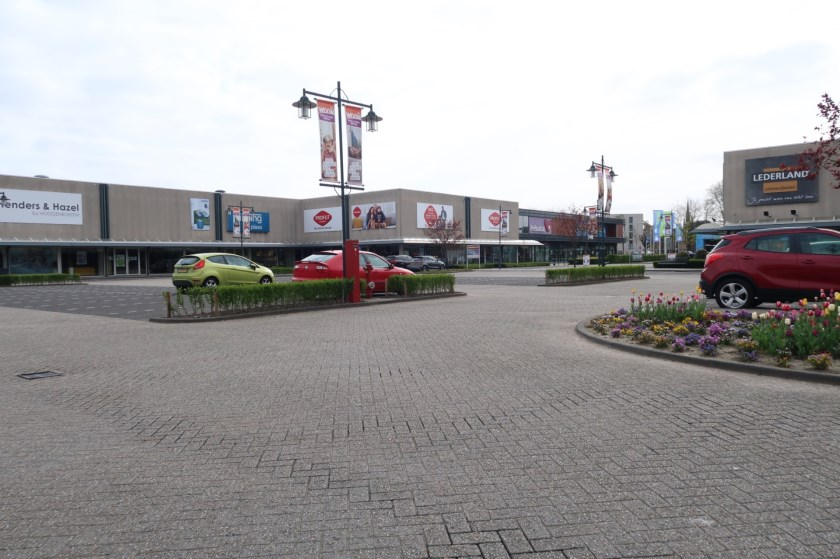 Op de parkeerplaats valt het aantal geparkeerde auto's bijna op twee handen te tellen.