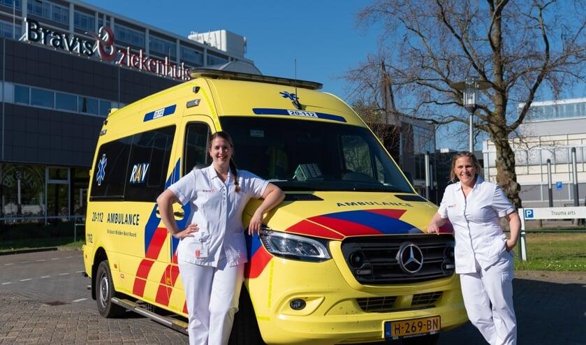 IC/SEH-verpleegkundigen Miranda Biemans (links) en Carolien Dubbelman starten met de opleiding tot ambulanceverpleegkundige.