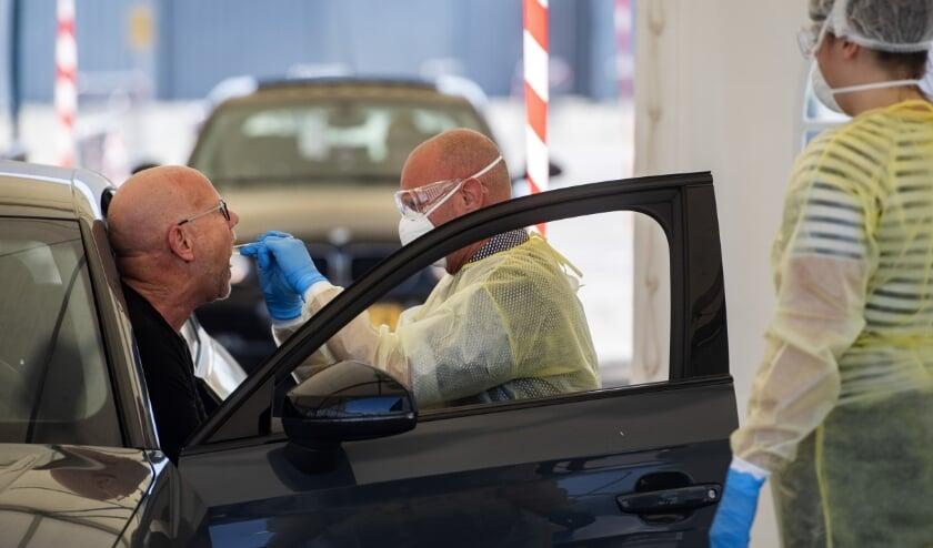 BREDA Op het terrein naast het NAC stadion aan de Rat Verleghstraat heeft de GGD West-Brabant een teststraat ingericht voor zorg medewerkers om zich te laten testen op het coronavirus.