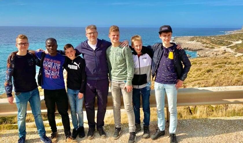 James Dumbuya (tweede van links) met de Calvijn-leerlingen Armand Oostdijk, Jesse Schipper, Eward Meeuse, Andre Goudswaard en Arne Dieleman en Niko Derksen van Voice of Hope op Sicilië.