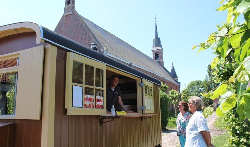 Maries van Nieuwenhuyzen staat in de nieuwe foodtruck van De Uitwijk.