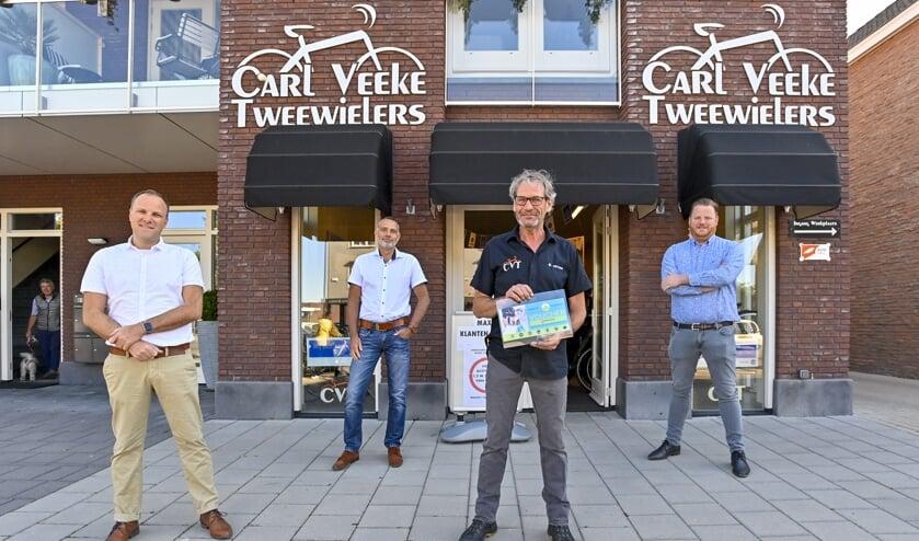 Overhandiging van de voucher aan Carl Veeke Tweewielers.