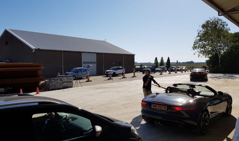 Een file auto's kwam zaterdag naar Dinteloord voor gratis aardappelen.