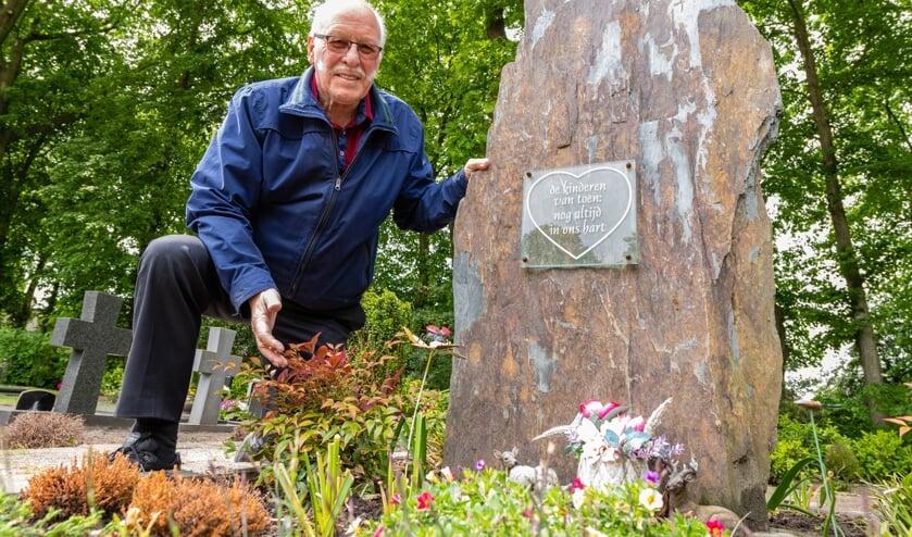 Corrie van den Broek bij het monument van de ongedoopte kindjes. Het monument werd in 2008 geplaatst op de begraafplaats is Sprundel.