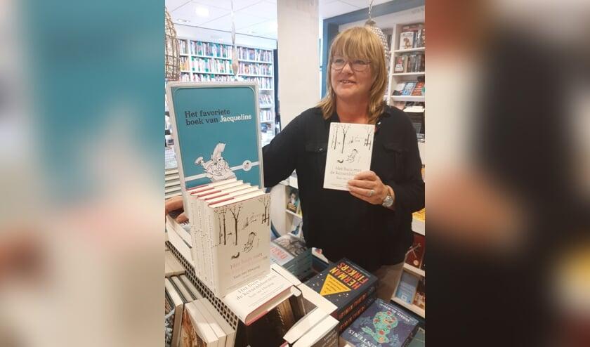 Jacqueline met de roman in haar handen. FOTO HET PAARD VAN TROJE