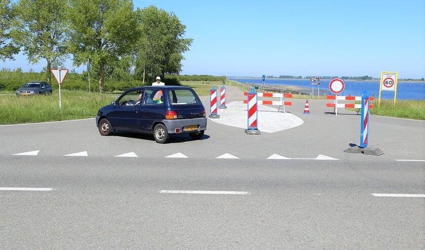 De meeste mensen keerden netjes om, sommigen vonden het nodig de verkeersregelaars vervelend te woord te staan.