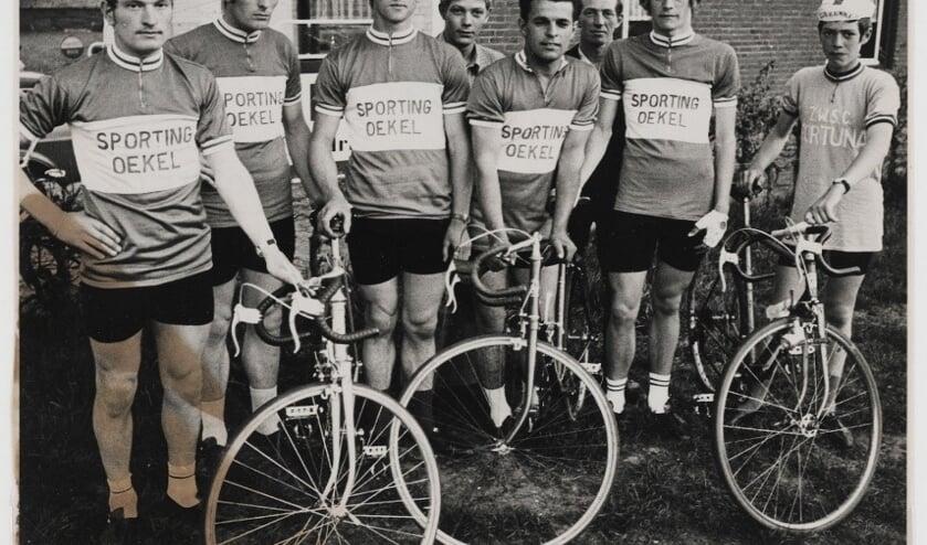 Sporting Oekel in 1971 bij café De Sportvrienden. V.l.n.r. Henk Klep, Dré Klep, Henk Mertens, Wim van Hooijdonk, Johan Goos, Drik van der Velde, Jos van Hooijdonk en Johan van der Velde.