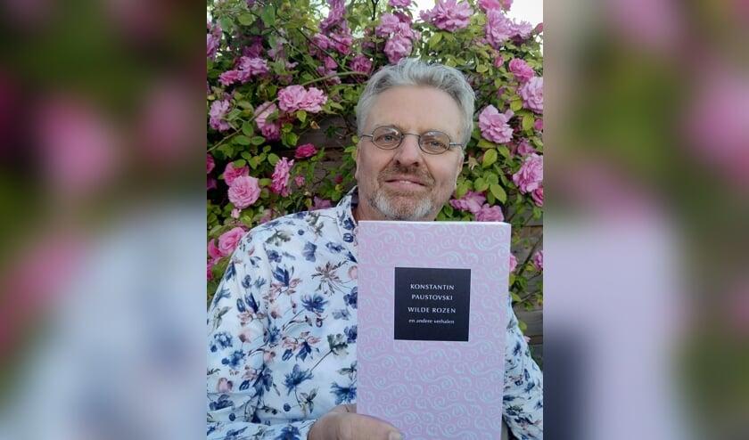 Anthoni Fierloos met het boek. FOTO HET PAARD VAN TROJE