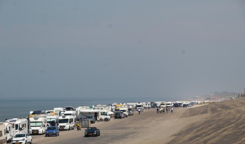 De Dijk in Westkapelle staat vol met auto's en campers.