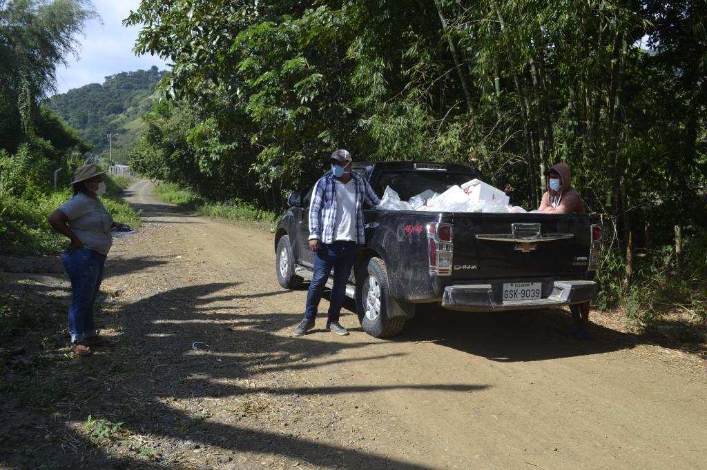 Onderweg met de noodhulppakketten voor families in vijf gemeenschappen.   © Internetbode