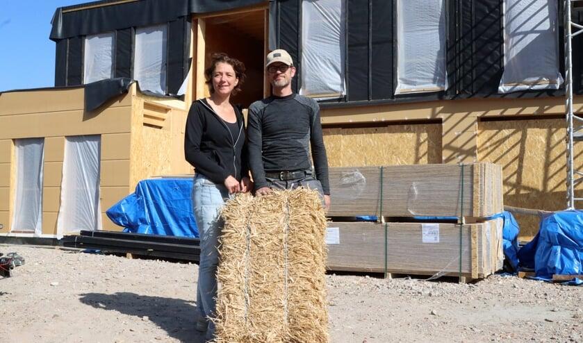 Elsbeth en Martijn Jansen voor hun strohuis in aanbouw. FOTO COBY WEIJERS