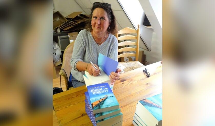 Ellen signeert op de zolder van het Paard van Troje.