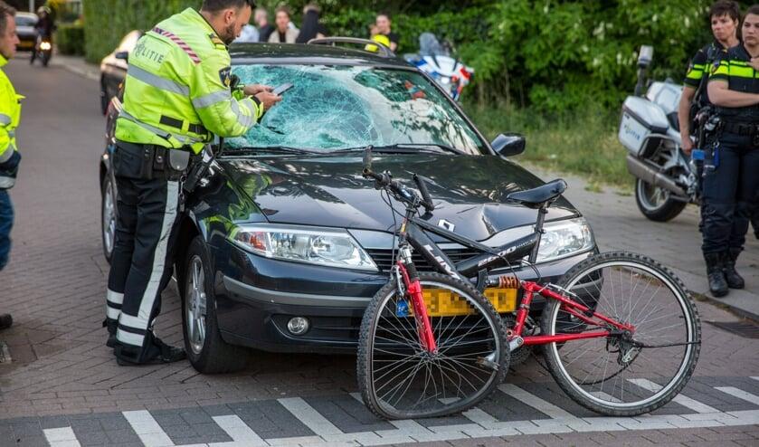 Zowel de auto als de fiets raakte beschadigd bij het ongeval.