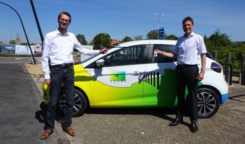 Wethouder Wisse neemt de sleutels van de nieuwe auto in ontvangst van Marnix Brouwer.
