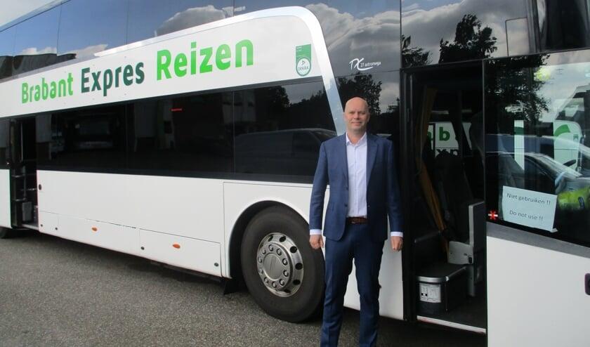 Vincent van Gool bij een aangepaste bus.