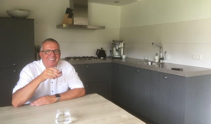 Frans Lindhout aan zijn keukentafel.