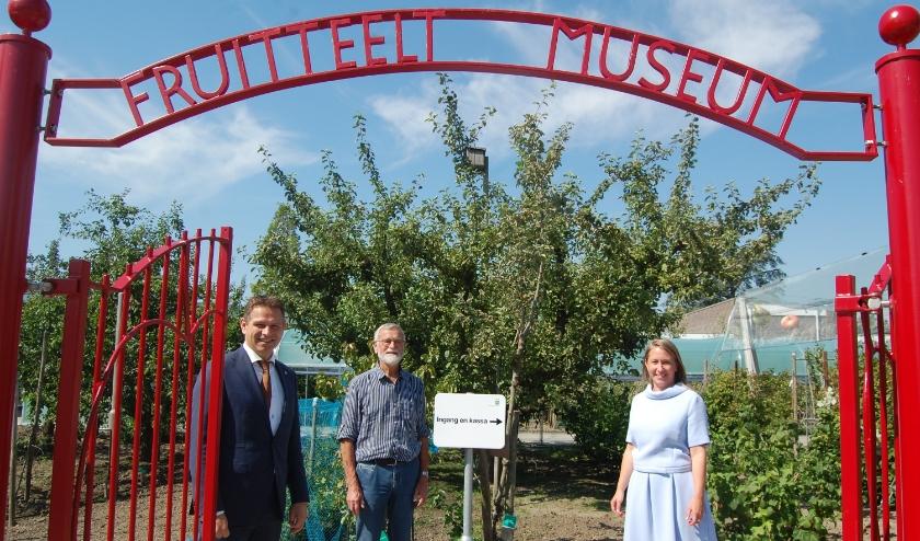 Gedeputeerde Jo-Annes de Bat, vrijwilliger Jaap de Schipper en directeur Saskia Vahlenkamp in de vernieuwde tuin.