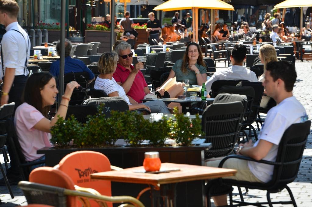 Mensen gaan toch een drankje doen in de binnenstad.   Foto: PERRYROOVERSFOTOGRAFIE © BredaVandaag