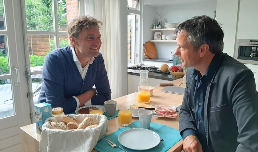 Marco Wolters aan de keukentafel met Luuk Roozeboom. Foto: Pleunie Wolters